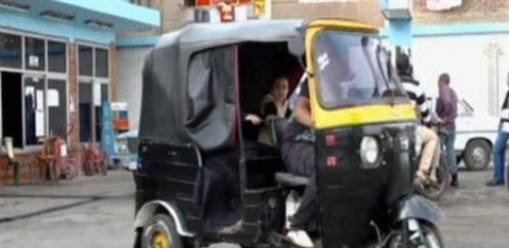 سائق توك توك يشعل النيران في جسده اعتراضا على إهانة أمين شرطة