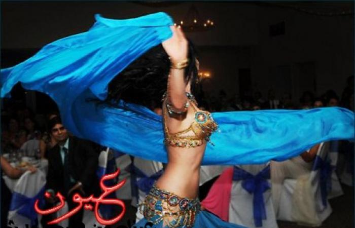 بالفيديو || راقصة تقذف مذيعة بكأس ماء على الهواء بعد سؤال محرج