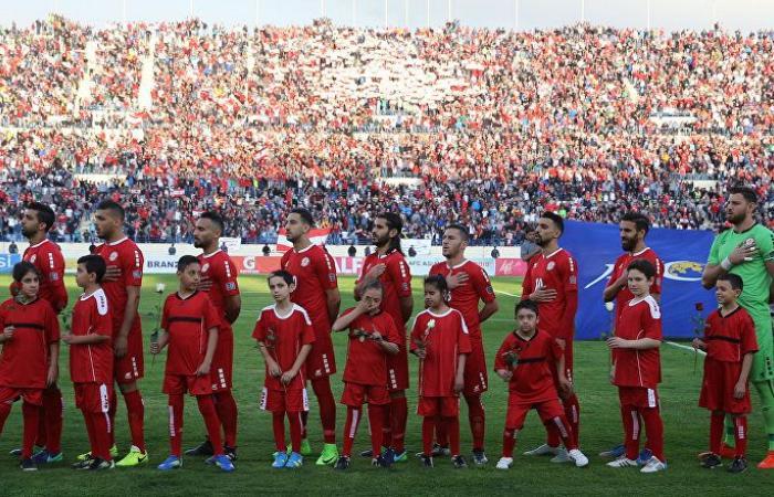 بالصور... نواب لبنانيون يرتدون قمصان المنتخب دعما له قبل انطلاق المباراة مع قطر