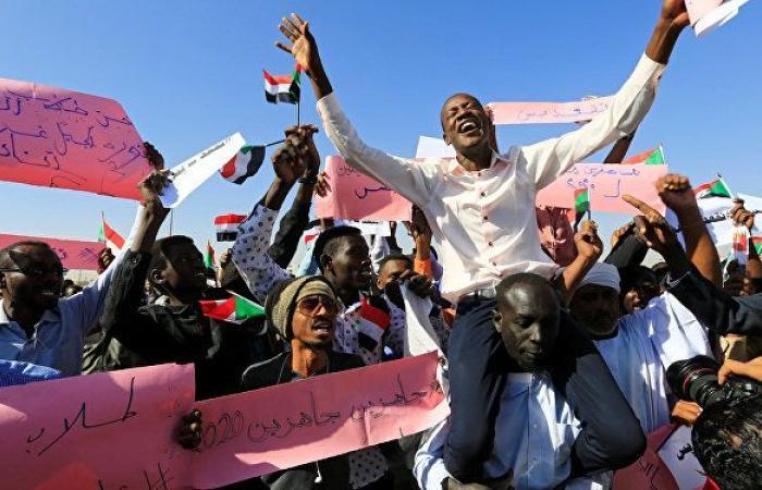 الشرطة تطلق الغاز المسيل للدموع على المحتجين في الخرطوم وأم درمان