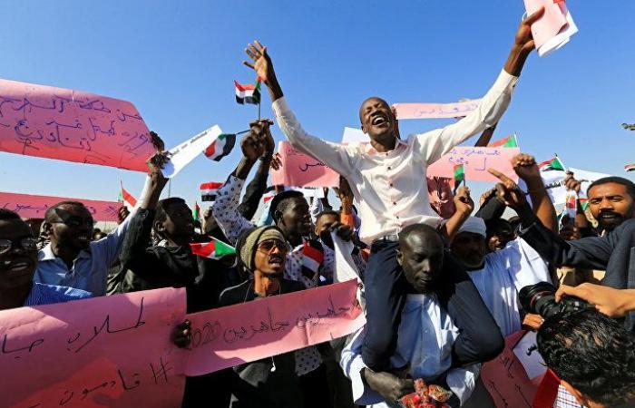 """قيادي بالحزب الحاكم في السودان يهدد بـ""""قطع رؤوس"""" ويؤكد أنهم أقوى من أي احتجاجات"""