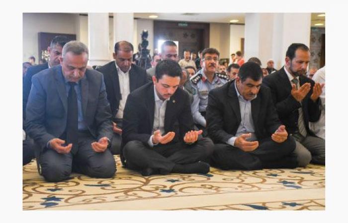 ولي العهد يؤدي صلاة الجمعة بمسجد الشيخ زايد بن سلطان آل نهيان في العقبة