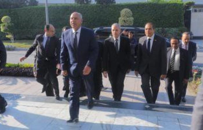 وزير النقل يبدأ جولة بمحطة مصر لمتابعة انتظام حركة القطارات