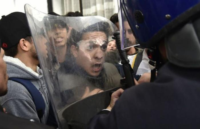 المعارضة الجزائرية توجه انتقادات لاذعة لرئيس الوزراء وسط احتجاجات ضخمة