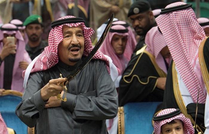 """بالفيديو... الملك سلمان يتفاعل مع """"العرضة السعودية"""" في الحفل الكبير"""