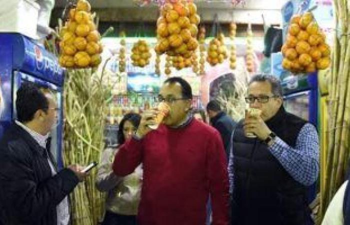 رئيس الوزراء ووزيرا السياحة والآثار يتناولون عصير القصب فى أسوان