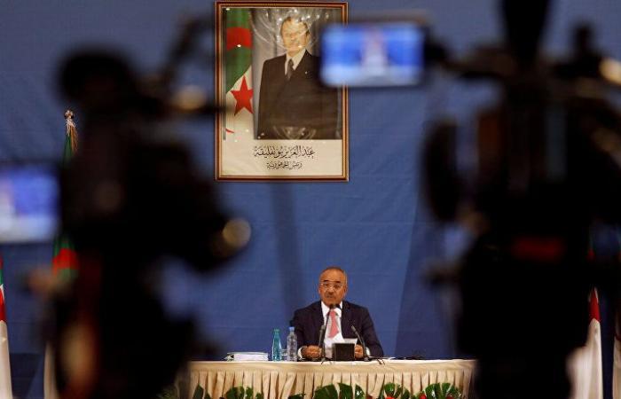رئيس الوزراء الجزائري يبدأ محادثات تشكيل الحكومة الجديدة