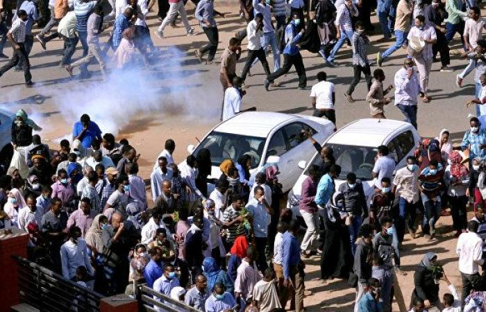 """الحكومة تبشر المحتجين بـ""""مفاجأة""""... ماذا حملت الاتصالات بين البشير والمعارضة"""