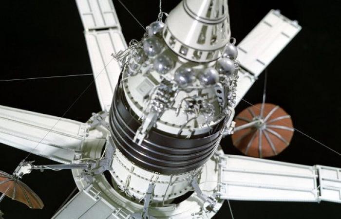 محمد بن راشد يوجه بتطوير أول قمر صناعي عربي مشترك بأيدي العلماء العرب