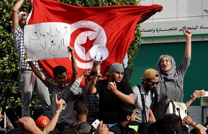 """تونس... احتجاجات في """"الإذاعة والتلفزيون"""" وتأجيل الإضراب بمحطات الوقود"""