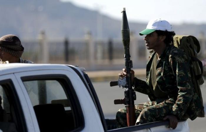 """""""أنصار الله"""" تعلن استهداف معسكر للتحالف وتجمع للجيش اليمني في جيزان بصاروخين باليستيين"""