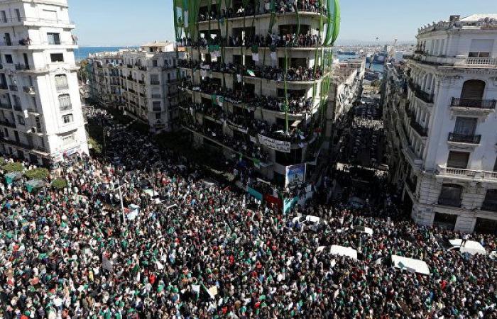 آلاف المحتجين الجزائريين يتجمعون وسط العاصمة