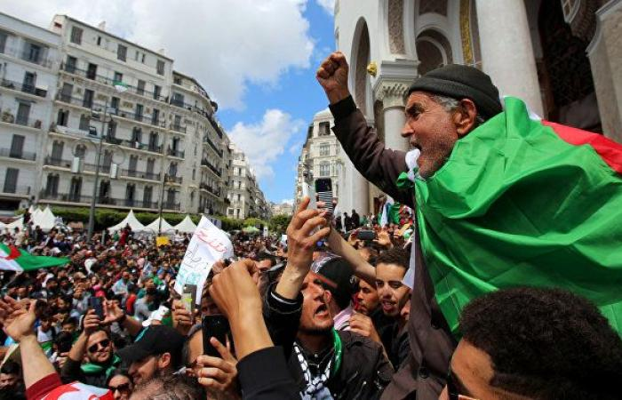 """""""إجبار الشرطة فتيات على خلع ملابسهن"""" يثير ضجة في الجزائر"""