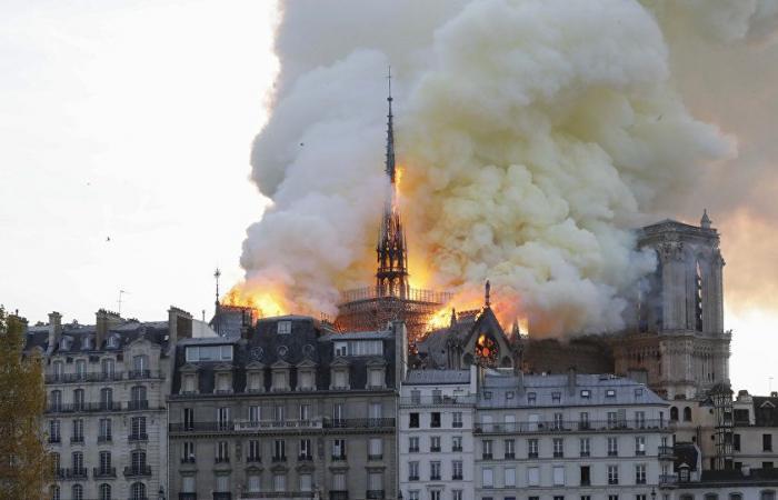 مشاهد جديدة لحريق كاتدرائية نوتردام في باريس (فيديو)
