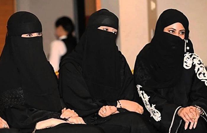استياء في السعودية من مقطع فيديو لمدير لبناني مع موظفتين سعوديتين