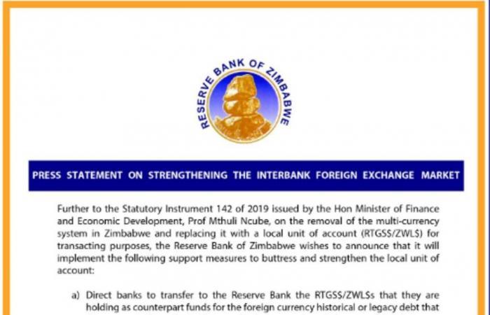زيمبابوي تعود لاستخدام عملتها المحلية وتمنع التعامل بالدولار
