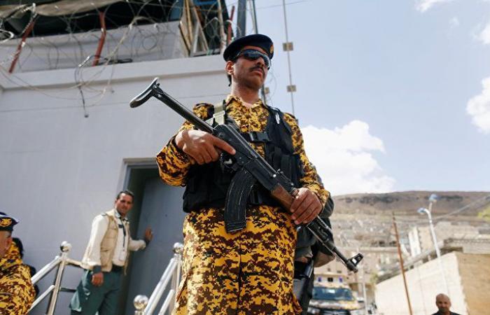 """وزير الداخلية اليمني يقيل قيادات في الشرطة لمشاركتهم في """"انقلاب على الشرعية"""""""