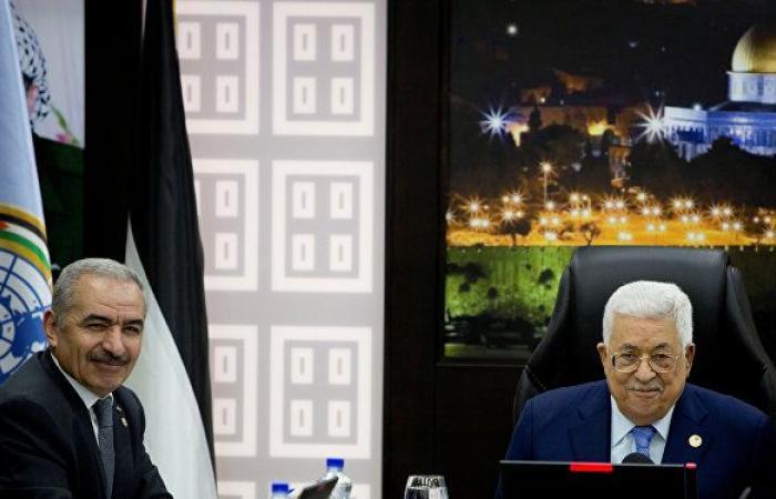 إقالة المستشارين واستعادة أموال الحكومة السابقة.. ما دوافع قرارات الرئيس أبومازن؟