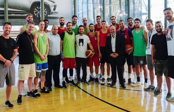 بالفيديو : الامير حسين  يفاجىء الفريق الوطني لكرة السلة