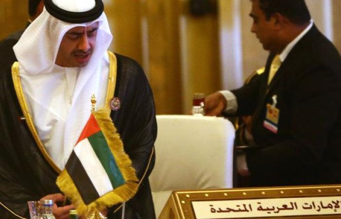 صحيفة: إنزال 30 حاوية من سفينة عسكرية قادمة من الإمارات إلى اليمن