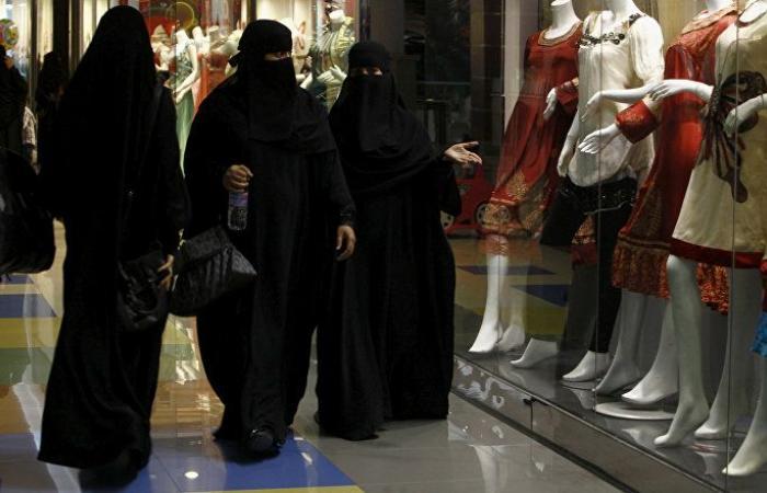 في خطوة نادرة في السعودية... نساء يخلعن العباءات