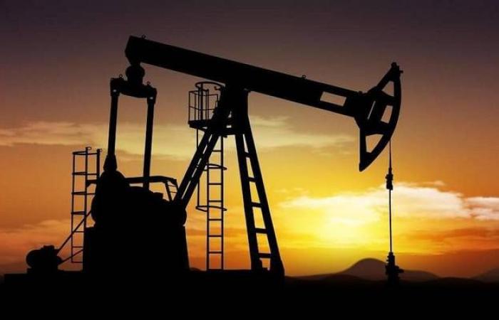 محدث.. النفط يتراجع 2% عند التسوية بعد بيانات المخزونات