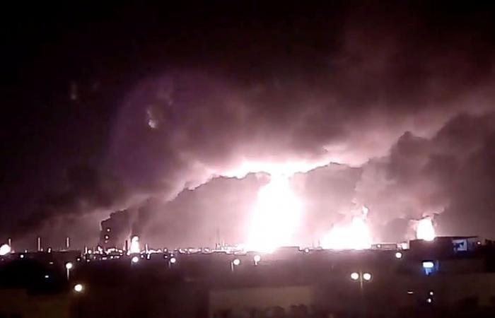 لأول مرة منذ الهجوم... فيديو من داخل منشأة نفطية سعودية يظهر حجم الدمار