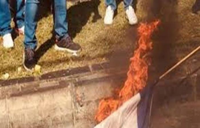 بالفيديو : محتجون في لبنان يحرقون العلم الإسرائيلي