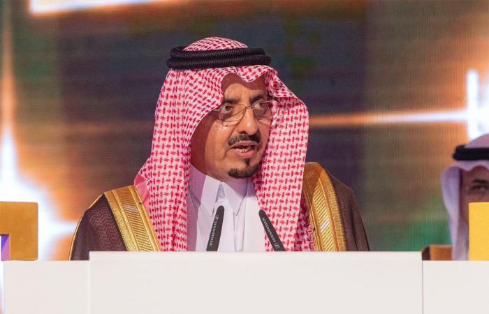 بالصور.. خادم الحرمين يُكرِّم الفائزين بجائزة الملك خالد لعام 2019م