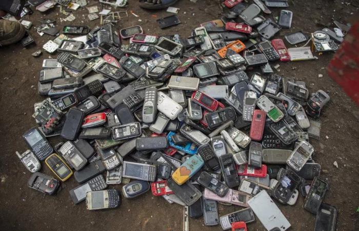 كيف يتم التخلص من النفايات الإلكترونية وما ضررها على البيئة؟