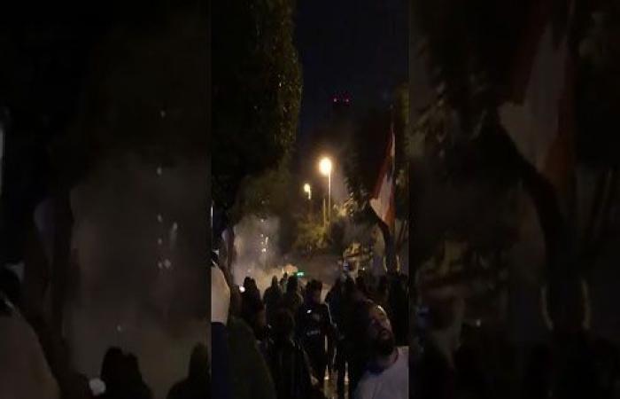 بالفيديو : اشتباكات بين قوات الأمن ومحتجين أمام مصرف لبنان ببيروت