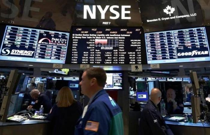 الأسهم الأمريكية تهبط من مستوياتها القياسية في المستهل