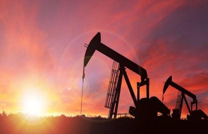 محدث.. النفط يتراجع عند التسوية لأول مرة بـ3 جلسات