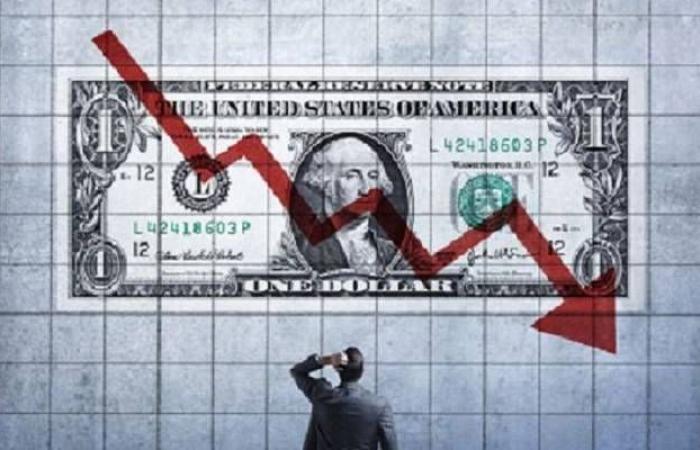 الدولار يتراجع لأدنى مستوى بـ8 أشهر عالمياً قبيل تقرير الوظائف
