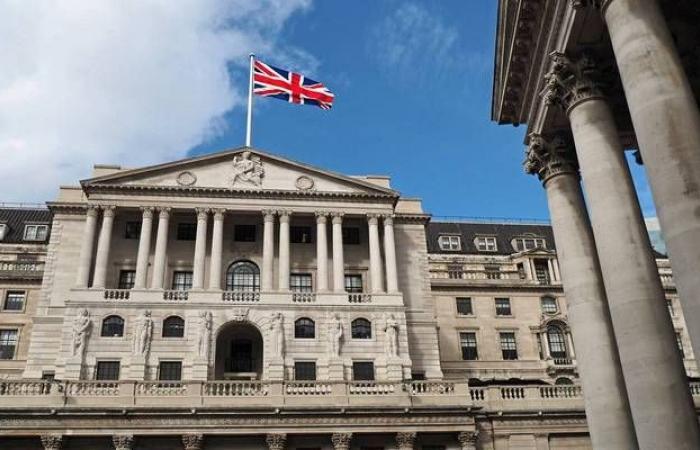 بنك إنجلترا يطالب المصارف بوقف توزيعات الأرباح ومكافآت المديرين