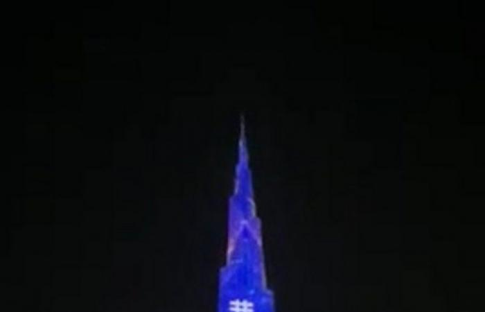 """شاهد.. برج خليفة يحتفي بإعادة فتح المساجد متزينًا بـ""""حي على الصلاة"""""""