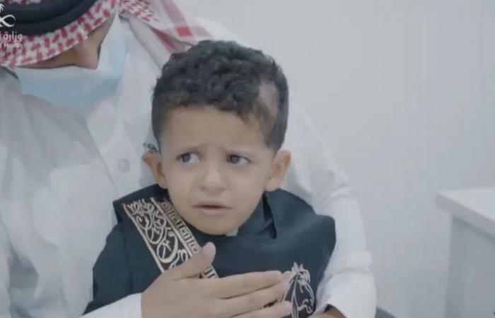 فيديو من الجوف.. طفل يبكي فرحًا لسماع اسمه عقب زراعة قوقعة له