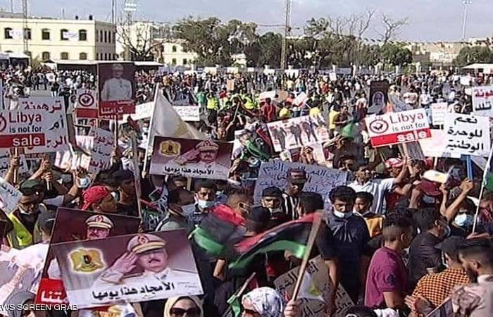 """""""ليبيا ليست للبيع"""".. احتجاجات شعبية عارمة في بنغازي لإدانة الغزو التركي"""