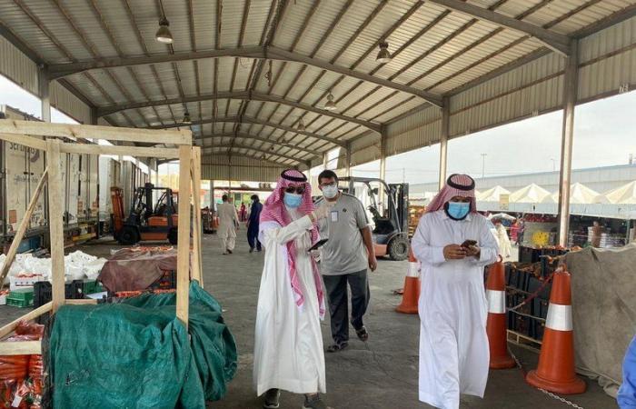 """""""بلدية الخميس"""" توضح ملابسات فيديو عمالة تجمع الطماطم من النفايات"""