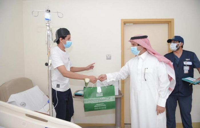 """""""الداود"""" ينقل معايدة  وزير الداخلية للمنومين بمستشفى قوى الأمن بمكة"""