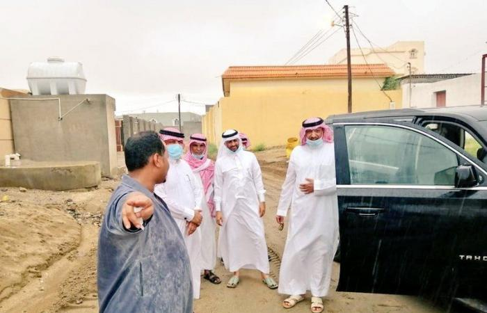 محافظ صامطة يتفقد أحياء وقرى المحافظة بعد موجة الأمطار