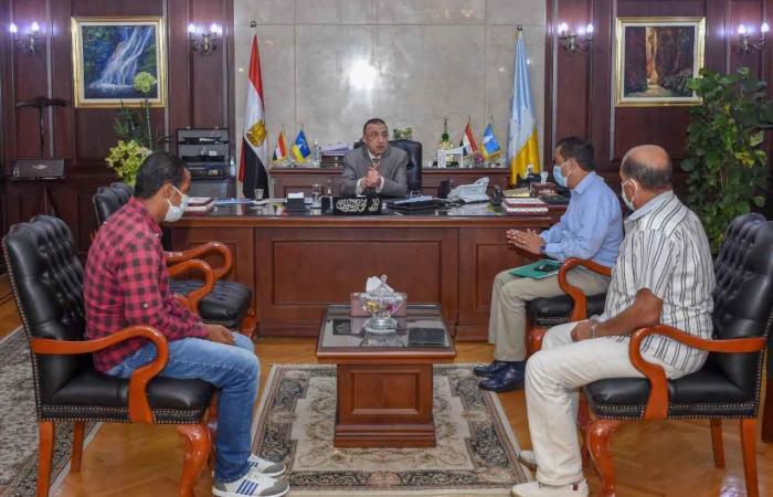 محافظ الإسكندرية يكرم العامل المعتدى عليه أثناء إخلاء التجمعات بشاطيء النخيل