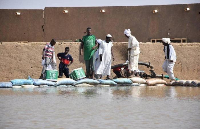"""""""إغاثي الملك سلمان"""" يواصل توزيع الأغذية على متضرري السيول بالخرطوم"""
