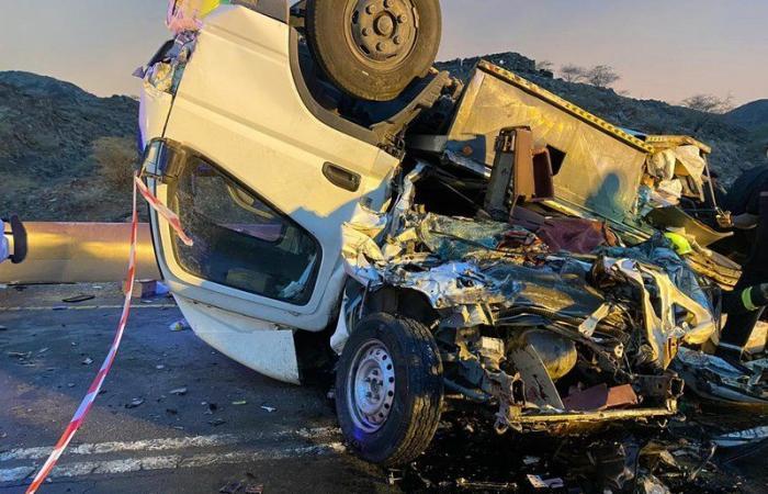 وفاة وإصابتان في حادث انقلاب شاحنة على مركبة في المخواة