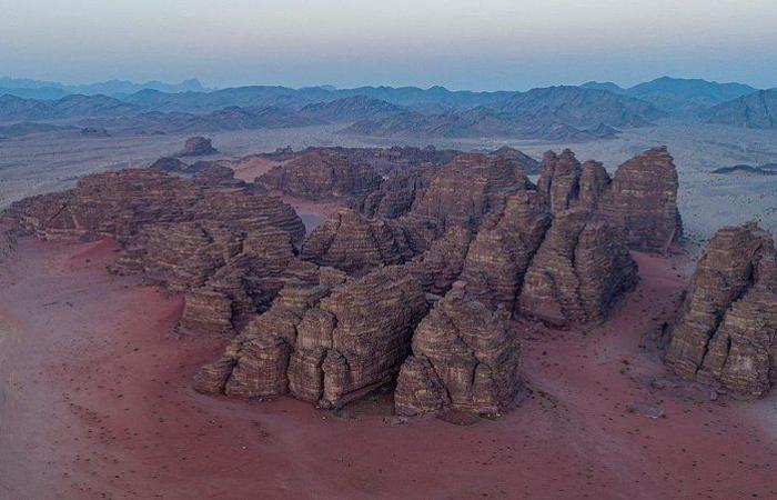 """شاهد بالصور """"جبال حسمى الرملية"""".. جمال مكنون في سِجل التاريخ السعودي"""