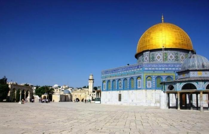 """بقيادة حاخامات متطرفين.. مستوطنون يهود يقتحمون """"الأقصى"""" ويتجوّلون في أرجائه"""