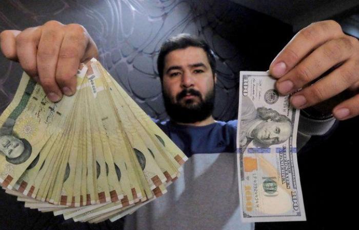 انهيار قياسي للعملة الإيرانية .. الدولار الواحد بـ 273 ألف ريال