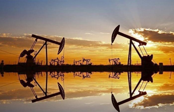 انخفاض أسعار النفط بنحو 5% نتيجة وفرة الإمدادات وقلة الطلب