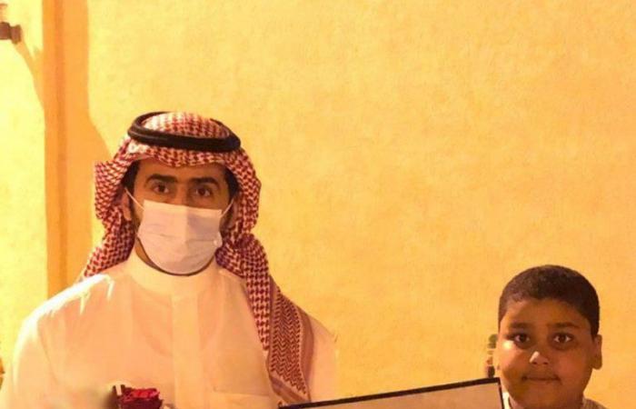 طالب في الأفلاج يواظب على دروسه من المستشفى.. وقائد المدرسة يكرمه