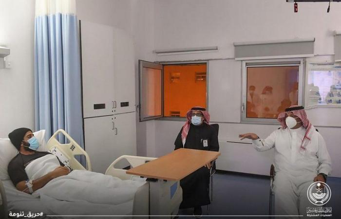 شاهد .. أمير عسير يطمئن على صحة 5 من رجال الدفاع المدني أُصيبوا في حريق تنومة